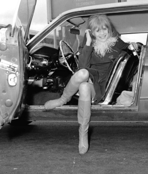 marianne-faithfull-at-london-airport-21st-january-1967-photo-dove-getty