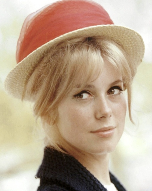 catherine-deneuve-style-evolution-1964-red-straw-hat-620bes0302111